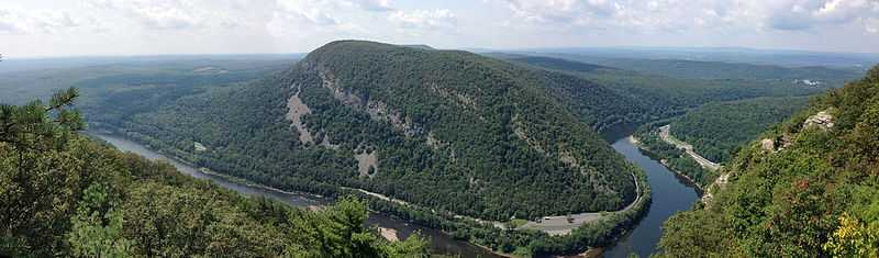 2013-08-20_12_34_09_Panorama_south_and_west_towards_Mount_Minsi,_Pennsylvania_from_the_overlook_on_Mount_Tammany,_New_Jersey